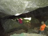 Pedro y Nuria en el interior de la cueva