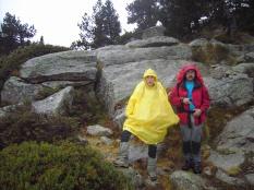 Mariana y Pedro bajo la lluvia