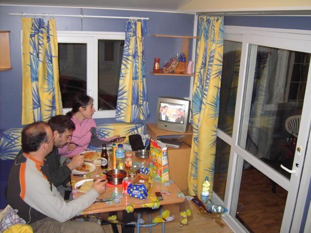 cenando en el Mobil-Home