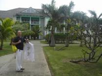 con la camisa típica cubana
