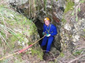 Christine en la boca de la cueva