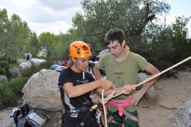 Carmen enseñando técnica de fortuna en torrentes a Antonio
