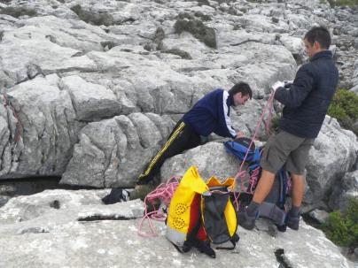 Antonio y Marcos recogiendo cuerda