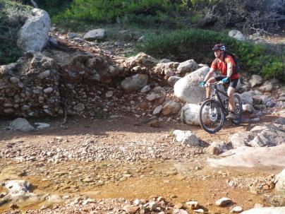 Rafael cruzando torrente