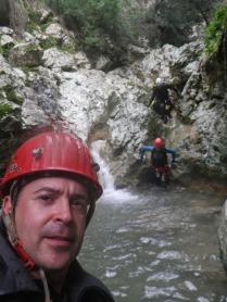 Rafael y cascada de fondo