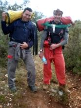 Tomás y Vicente, cargando el equipo de instalación