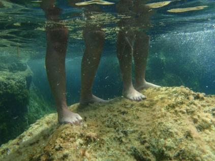 sus piernas bajo el agua