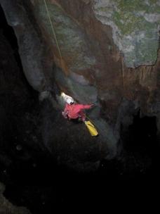 José Vicente penduleándose a la ventana de la cueva