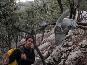 Sorpresa de Josemi ante el cráneo en una rama
