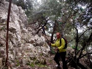 subiendo escalones de piedra