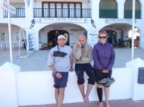 Jeremy, Paco y Pilar frente a la tienda de buceo