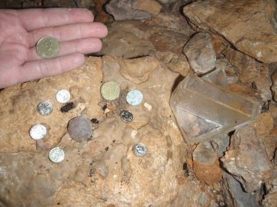 monedas extrangeras en el fondo del pozo