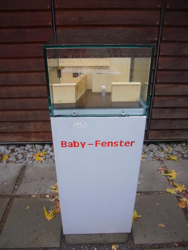Maqueta, de la Moses Baby Fenster e.v. Se dejaba al bebé que no se podía cuidar, tras la ventana y las misioneras lo recogían.