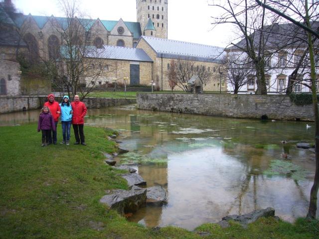 Lucía, Pilar, Evelin y Rafa en el nacimiento del río Pader, atrás la Catedral y a la derecha la biblioteca.