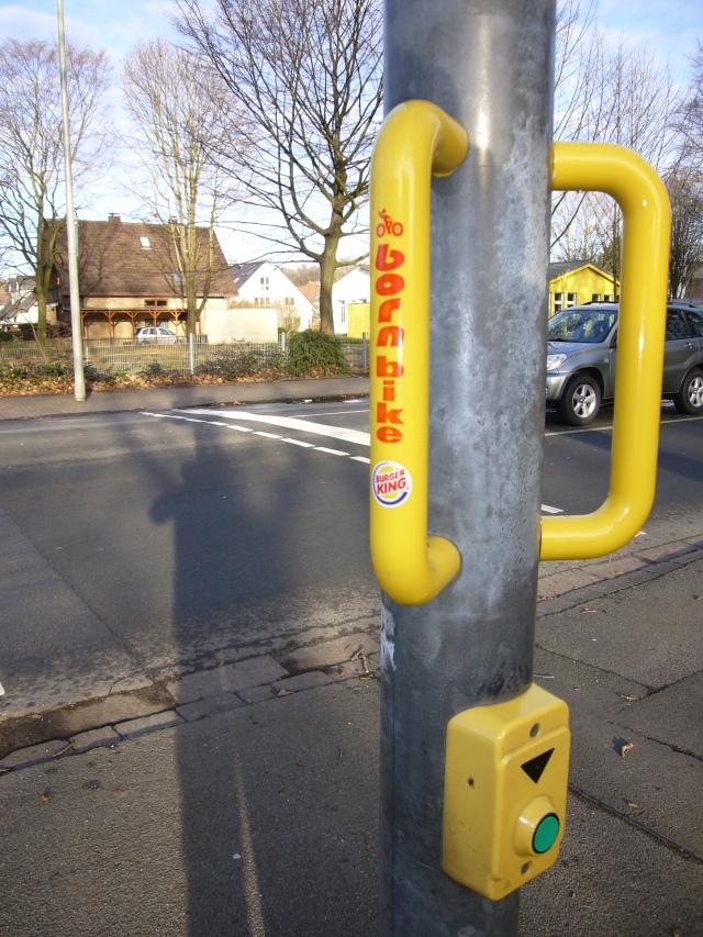 Asa para los ciclistas mientras esperan para cruzar la calle