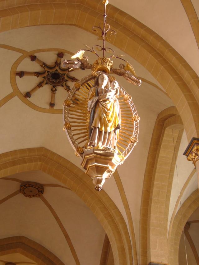 La Doble Madonna colgada en la nave central, alzada en 1480