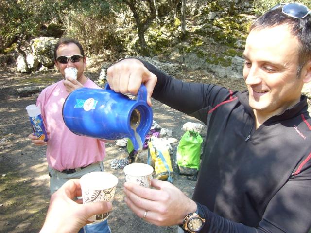 José Luis nos trae cafetito caliente y bollería del Félix y Tomás, así da gusto.