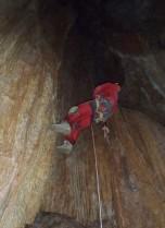 Pedro descendiendo el pozo.